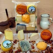 Tabla de 7 variedades de quesos asturianos.